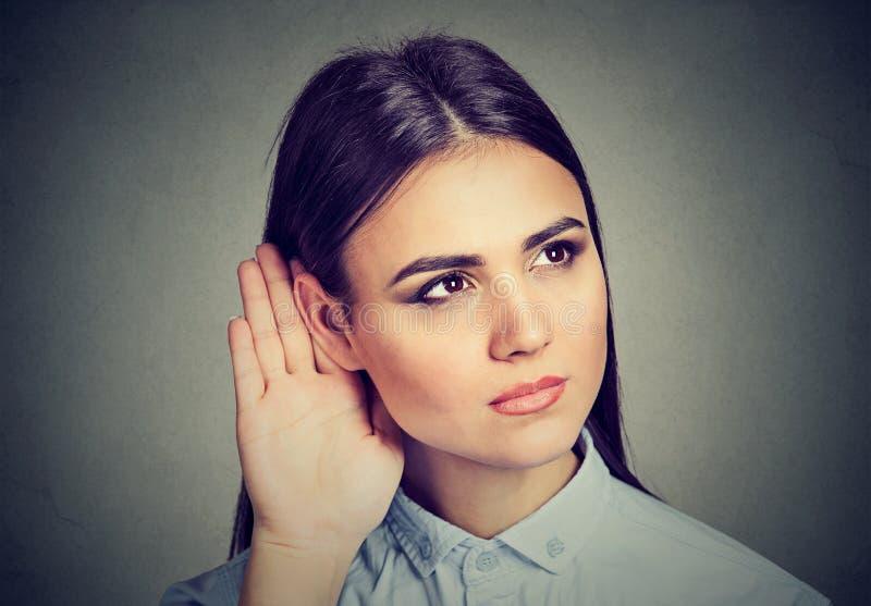 Donna Con La Mano Al Gesto Dell'orecchio Che Ascolta Con ...