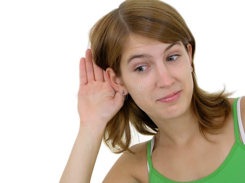 Donna con la mano all'ascolto dell'orecchio fotografie stock
