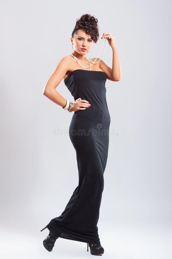 Donna con la mano sull'anca fotografie stock libere da diritti