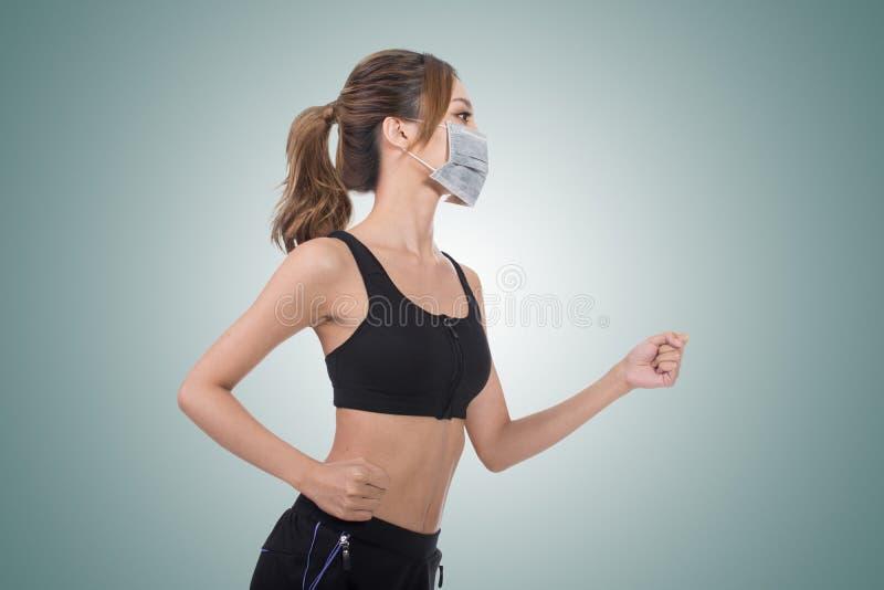 Donna con la maschera immagine stock