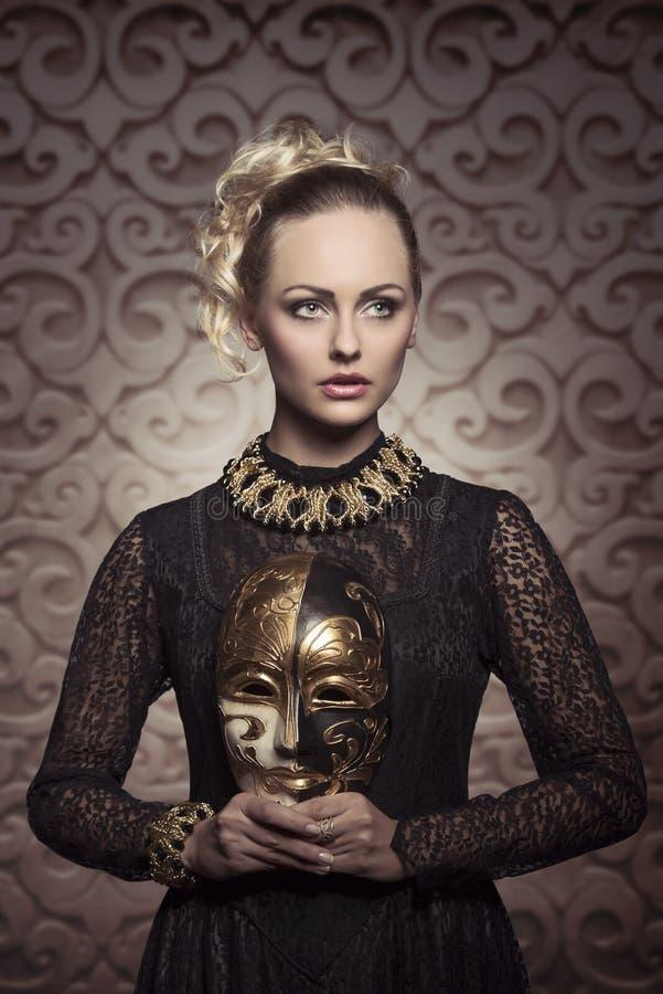 Donna con la maschera antica di signora fotografia stock libera da diritti
