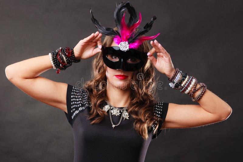 Donna con la maschera veneziana di carnevale su buio immagini stock