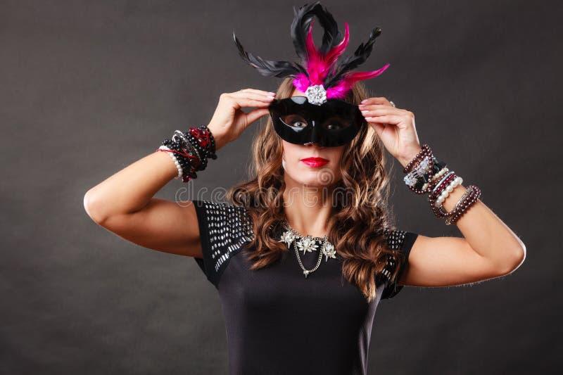 Donna con la maschera veneziana di carnevale su buio immagini stock libere da diritti