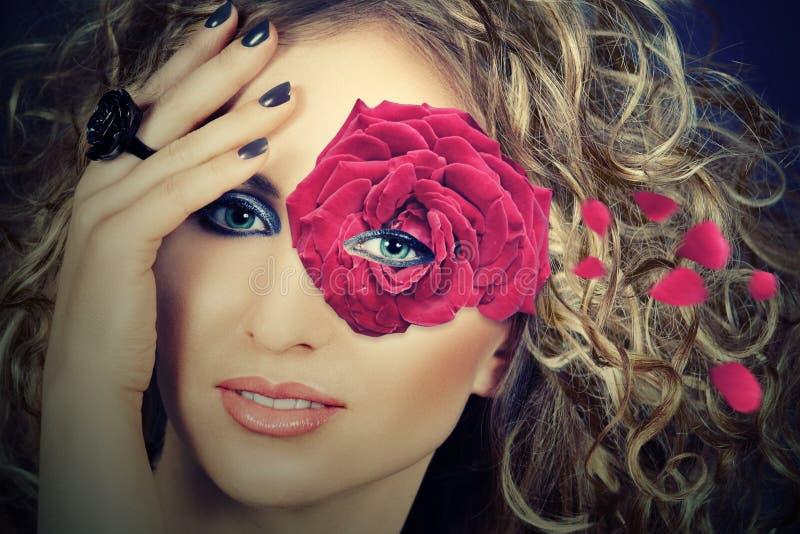 Donna con la mascherina di rosa immagini stock