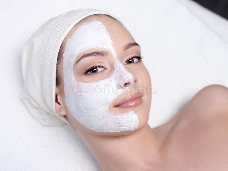 Donna con la mascherina facciale fotografie stock libere da diritti