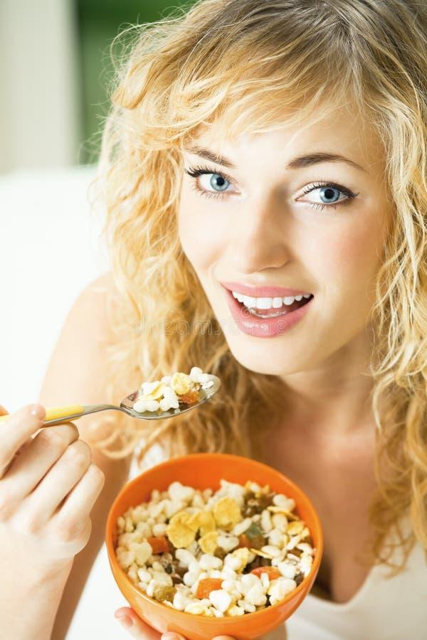 Donna con la mussola del cereale fotografia stock