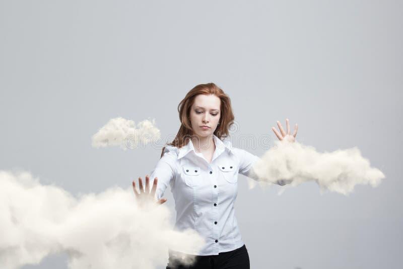 Donna con la nuvola ed il sole Concetto sull'argomento dei servizi della nuvola del computer fotografie stock