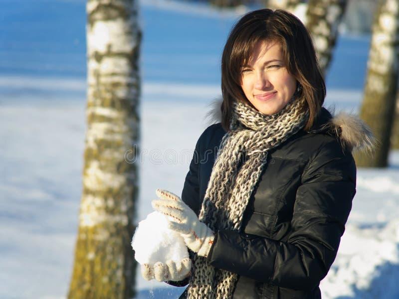 Donna con la palla di neve fotografia stock libera da diritti