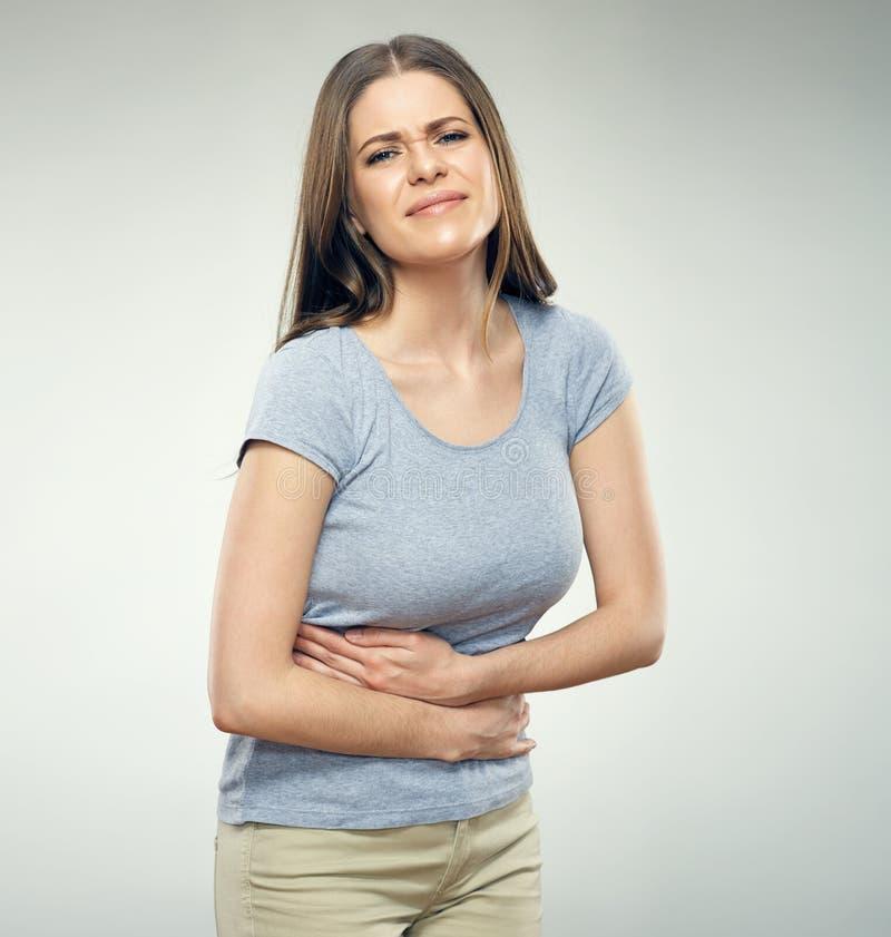 Donna con la pancia commovente di mal di stomaco immagine stock
