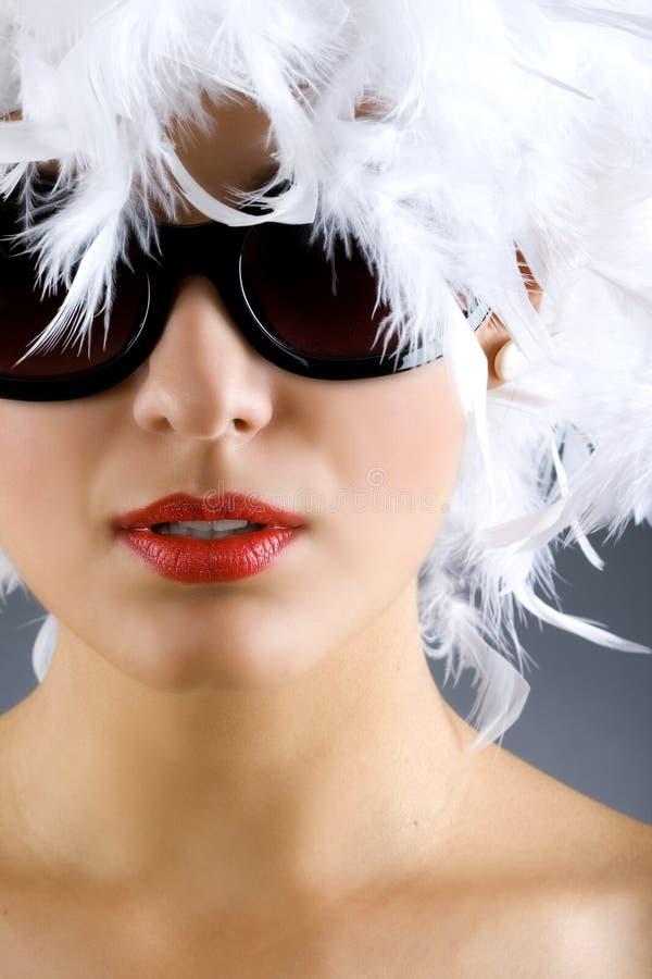 Donna con la parrucca e gli occhiali da sole della piuma bianca immagine stock libera da diritti