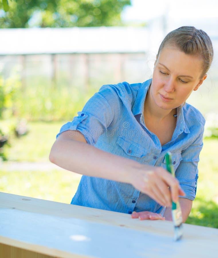 Donna con la pittura della spazzola fotografia stock libera da diritti