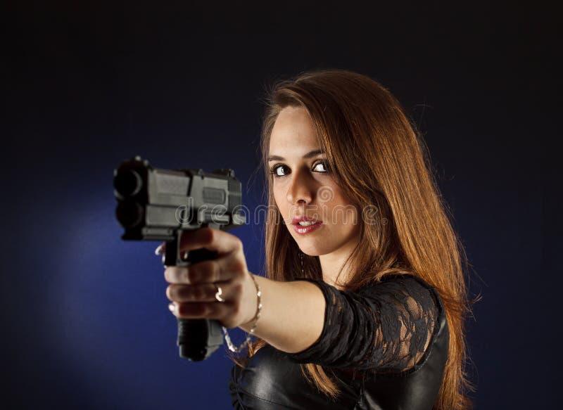 Donna con la rivoltella immagini stock libere da diritti