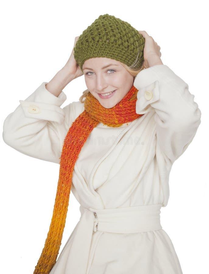 Donna con la sciarpa ed il cappotto un giorno di inverno fotografie stock libere da diritti