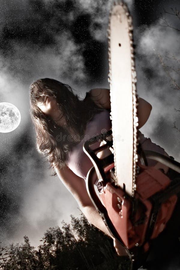 Donna con la sega a catena fotografie stock libere da diritti