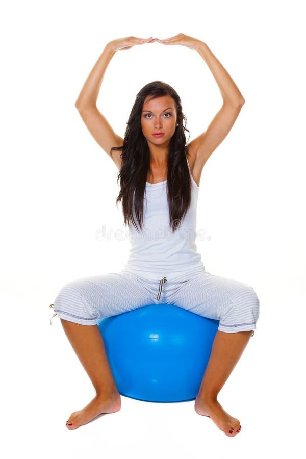 Donna con la sfera di esercitazione immagini stock libere da diritti