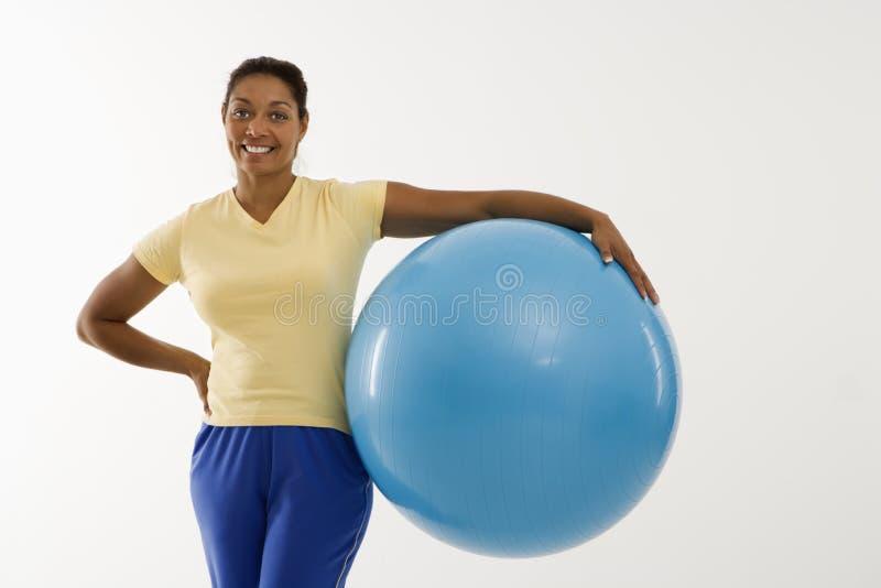 Donna con la sfera di esercitazione. immagini stock libere da diritti
