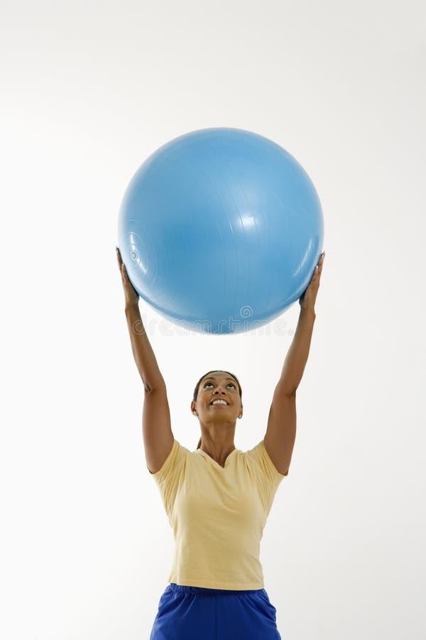 Donna con la sfera di esercitazione. immagine stock