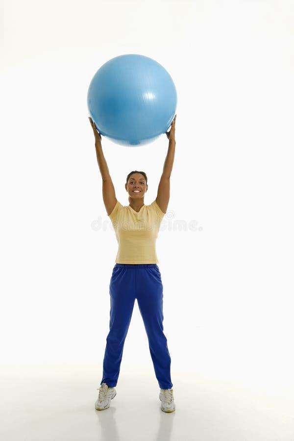 Donna con la sfera di esercitazione. fotografie stock