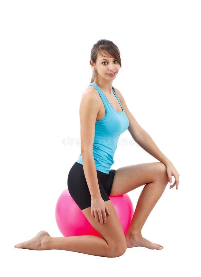 Donna con la sfera di forma fisica fotografia stock