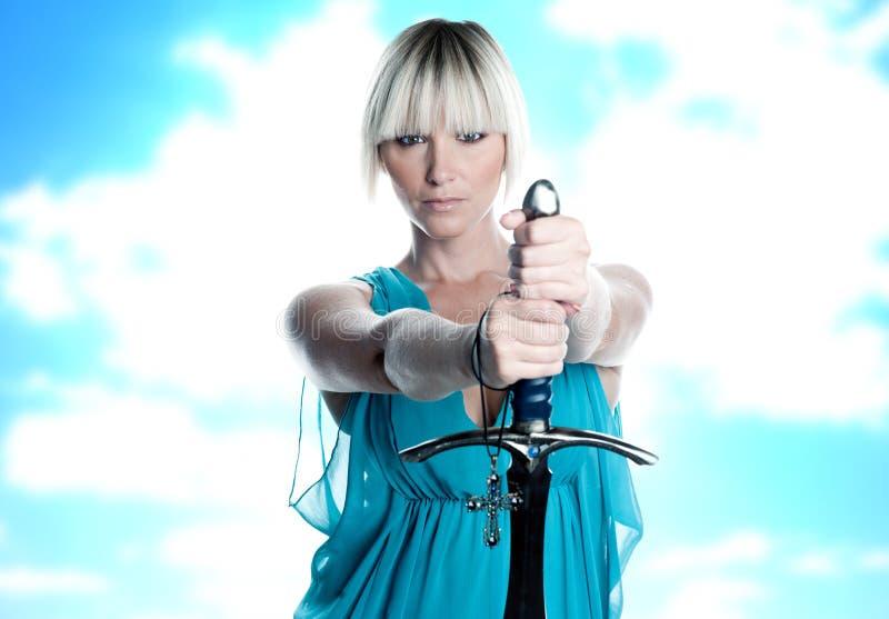 Donna con la spada e la traversa fotografia stock libera da diritti