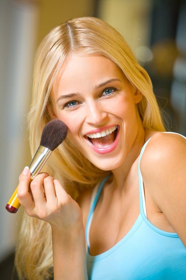 Donna con la spazzola di trucco immagini stock libere da diritti