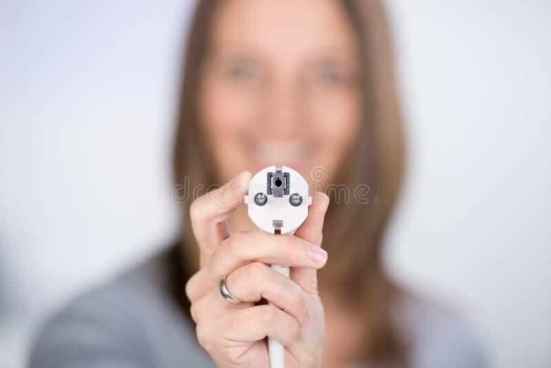 Donna con la spina elettrica fotografia stock libera da diritti