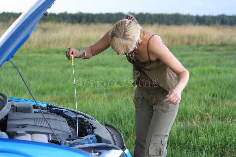 Donna con la sua automobile rotta. fotografia stock