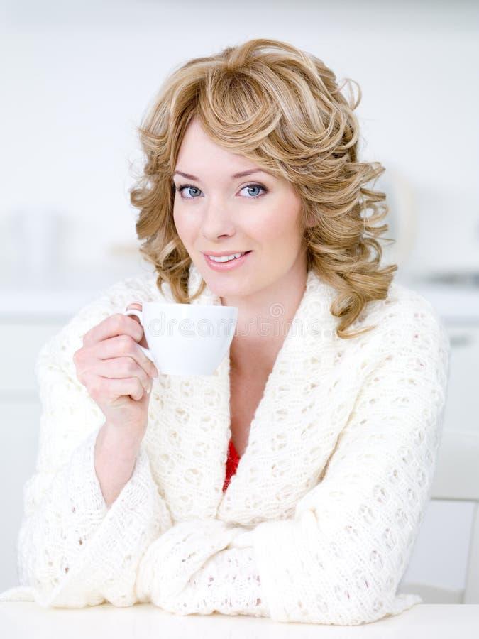 Donna con la tazza di caffè fotografia stock