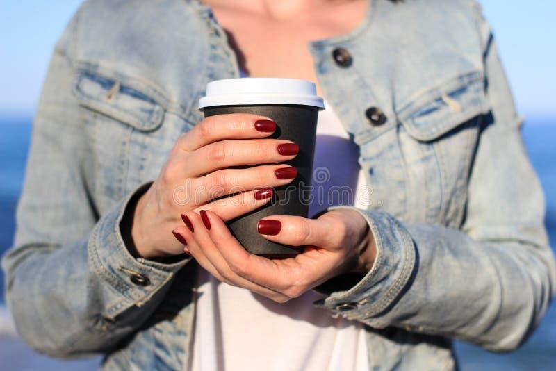 Donna con la tazza di caffè di carta fotografia stock