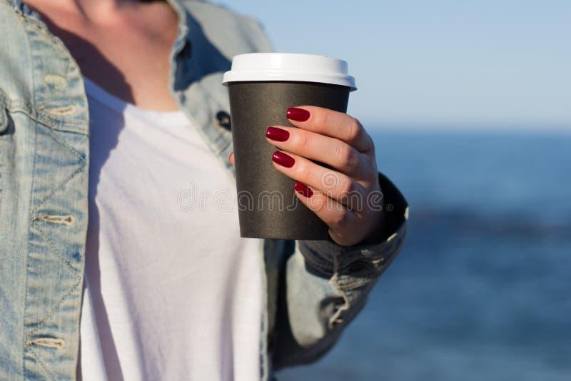 Donna con la tazza di caffè di carta fotografie stock libere da diritti
