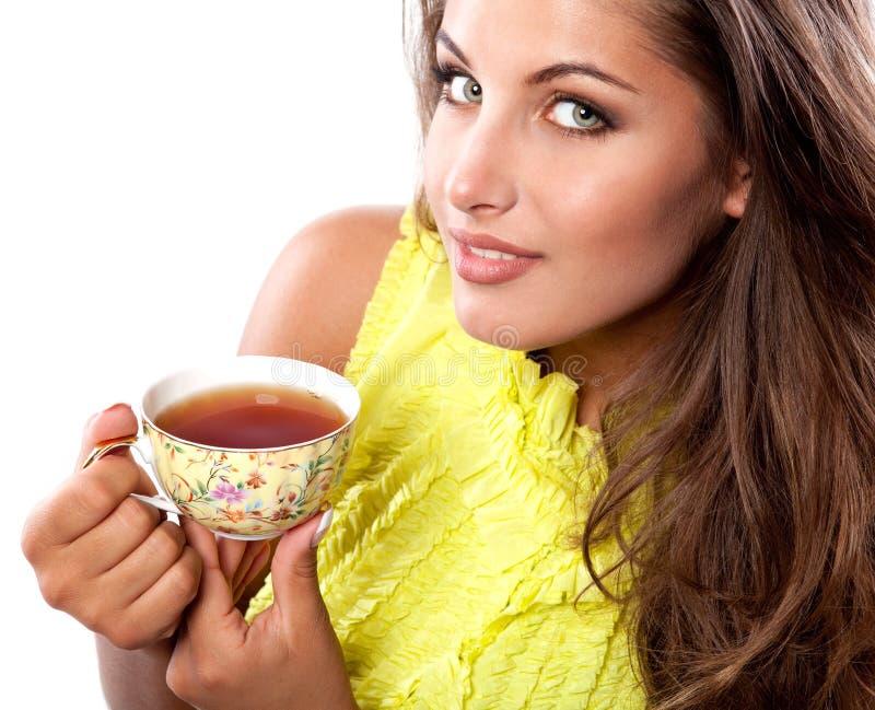 Donna con la tazza fresca di tè fotografia stock