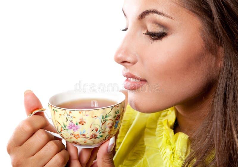 Donna con la tazza fresca di tè immagine stock libera da diritti