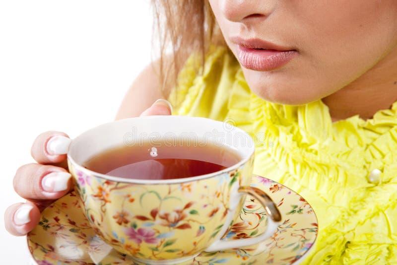 Donna con la tazza fresca di tè immagini stock libere da diritti