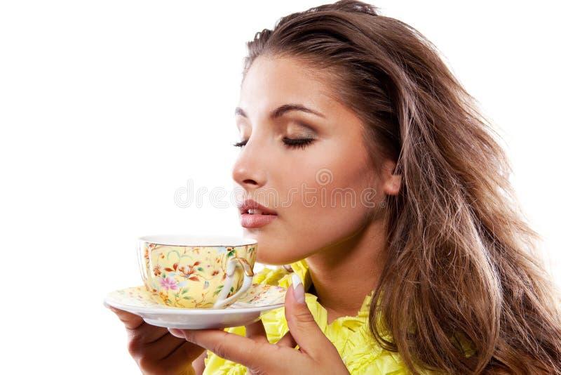 Donna con la tazza fresca di tè fotografie stock