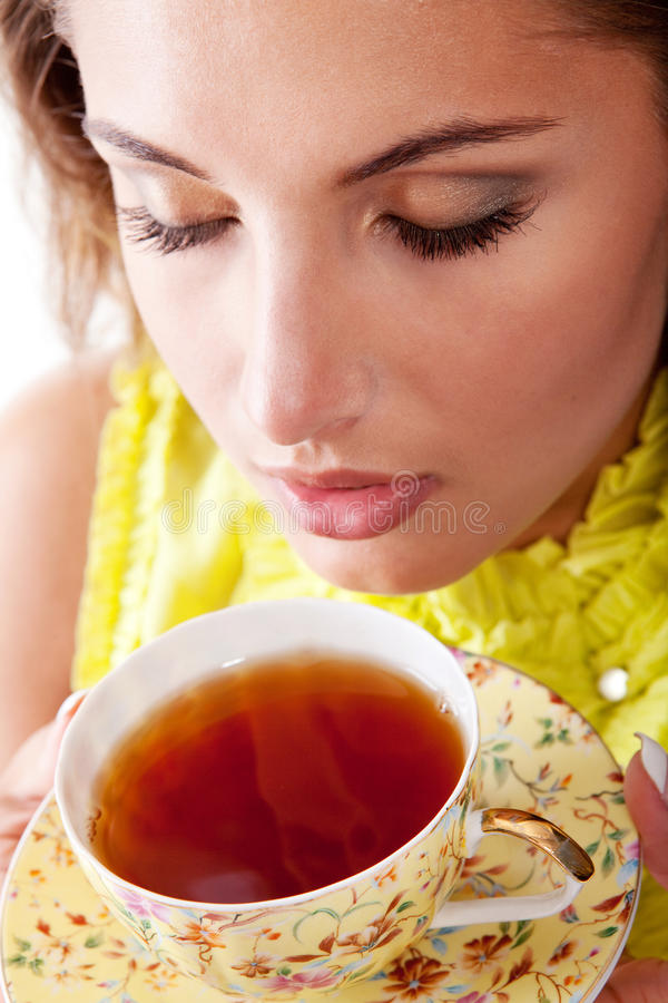 Donna con la tazza fresca di tè immagine stock