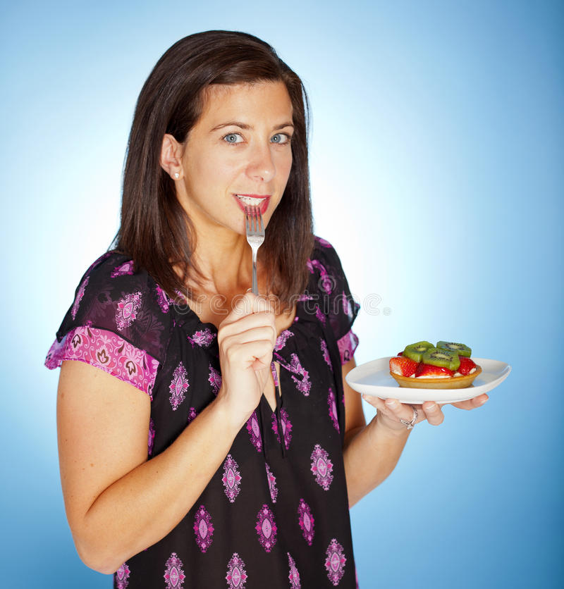 Donna con la torta immagine stock