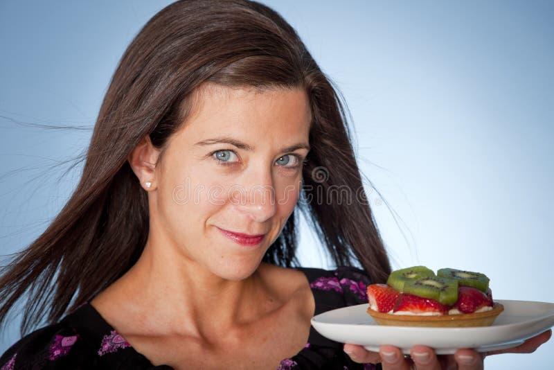 Donna con la torta immagine stock libera da diritti