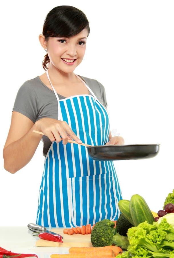 Donna con la vaschetta di frittura fotografia stock libera da diritti