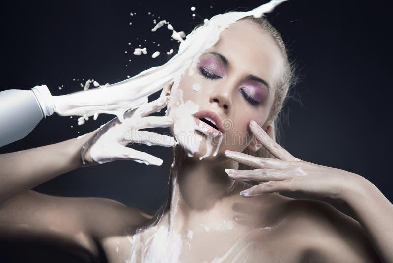 Donna con latte immagini stock libere da diritti