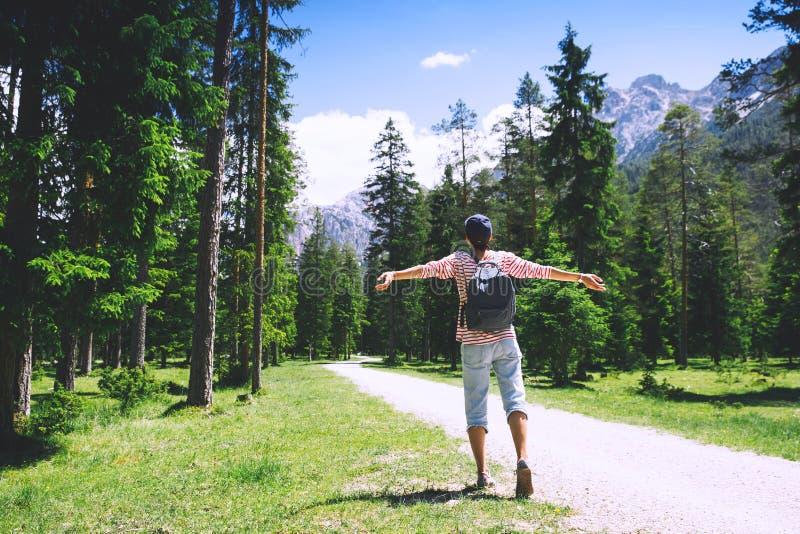 Donna con le armi alzate su sulla natura in dolomia, Tirolo del sud, Italia, Europa immagini stock libere da diritti