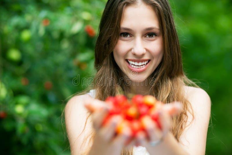 Donna con le ciliege immagine stock libera da diritti