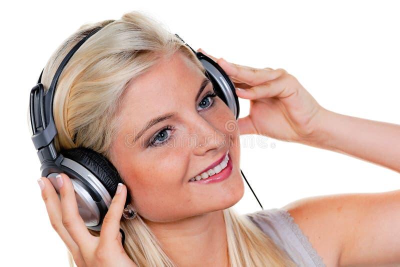 Donna con le cuffie che ascolta la musica fotografia stock