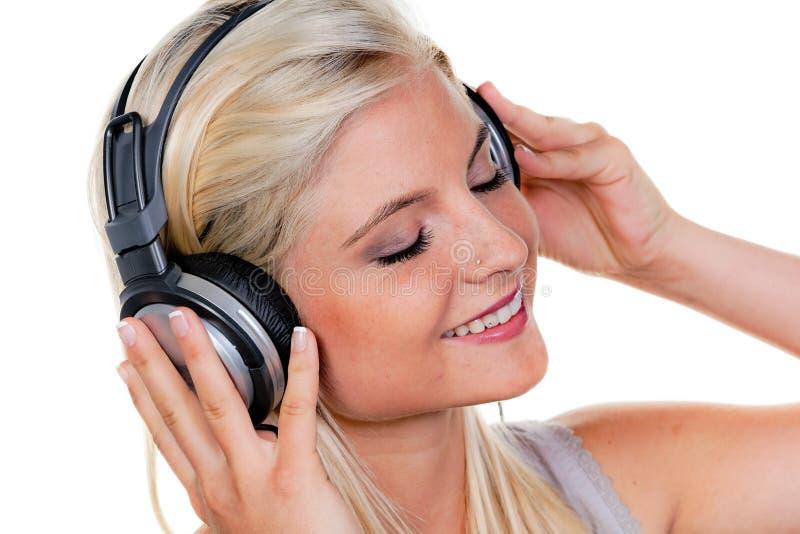 Donna con le cuffie che ascolta la musica fotografie stock libere da diritti