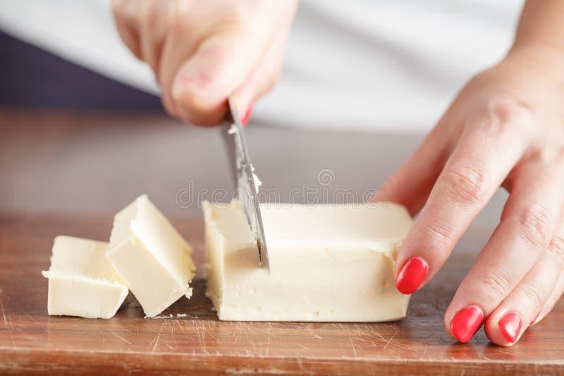 Donna con le mani adorabili che fanno usi casalingo dei biscotti di latticello fotografie stock