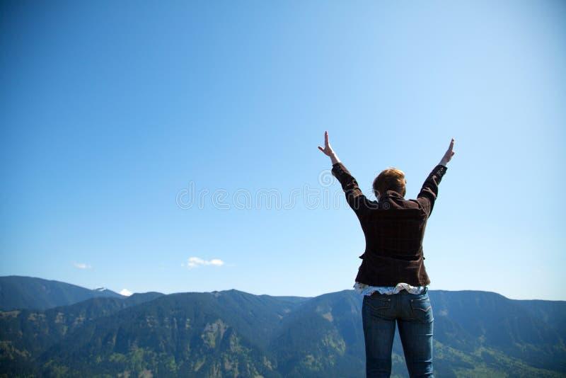 Donna con le mani sollevate immagini stock libere da diritti
