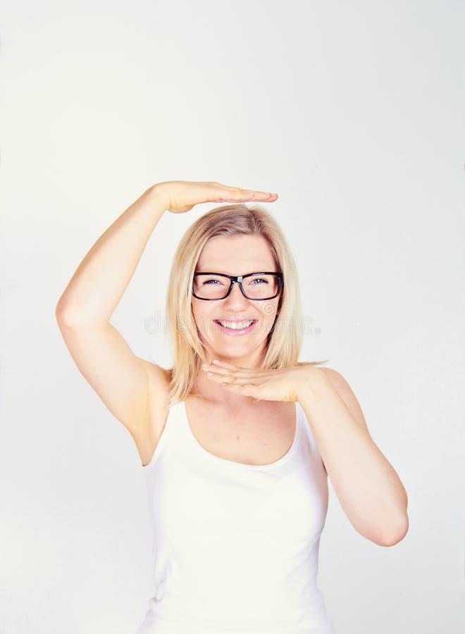 Donna con le mani sul suo fac fotografie stock libere da diritti