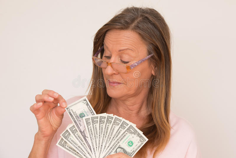 Donna con le note del dollaro di vetro a disposizione fotografia stock