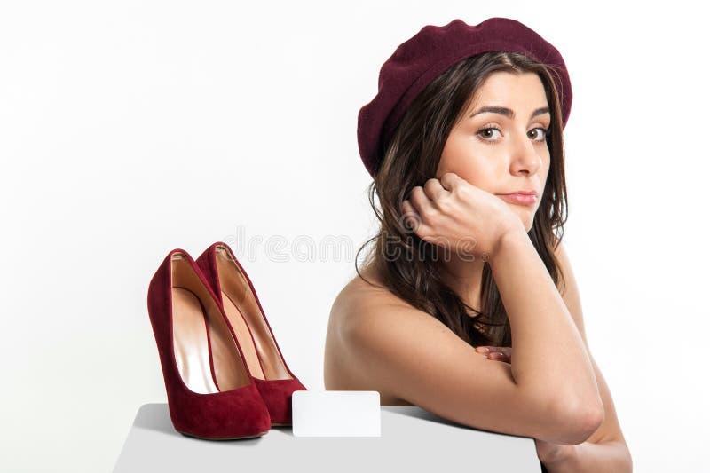 Donna con le scarpe sulla Tabella e sul prezzo da pagare immagini stock