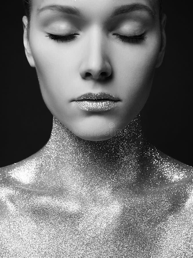 Donna con le scintille Ragazza d'argento delle labbra di Art Make-Up fotografia stock