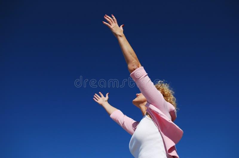 Donna con le sue braccia spalancate immagini stock libere da diritti